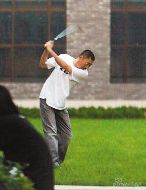 中国最时尚导演何平爱路虎爱红酒更爱挥杆高尔夫