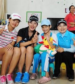 三亚公开赛球星献爱心福利院看望孤残儿童送温暖