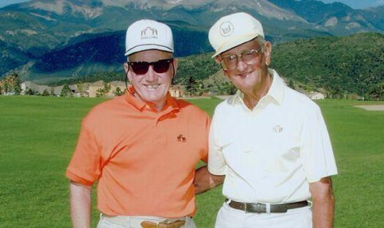 2001年查尔斯(左)与球友合影