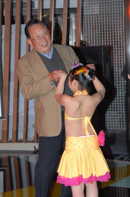 图文-俱乐部联赛总决赛欢迎晚宴与小朋友齐舞蹈