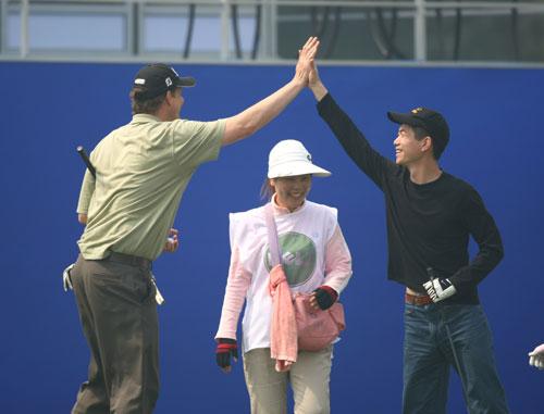 图文-戴尔高尔夫球锦标赛配对赛击掌庆贺