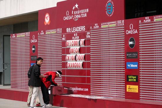 图文-中巡上海锦标赛前瞻工作人员整理计分牌