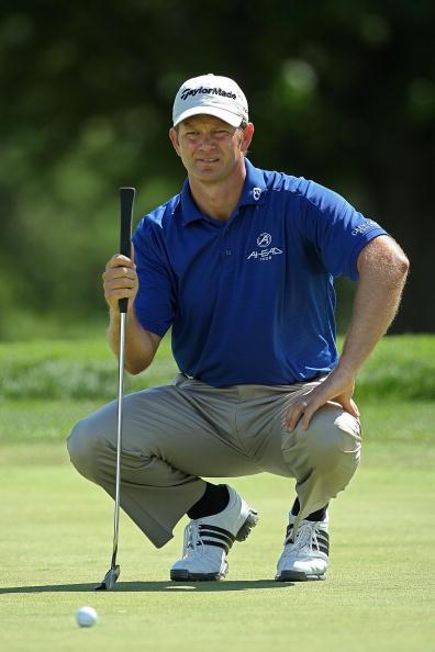 图文-PGA锦标赛首轮古森半蹲看线