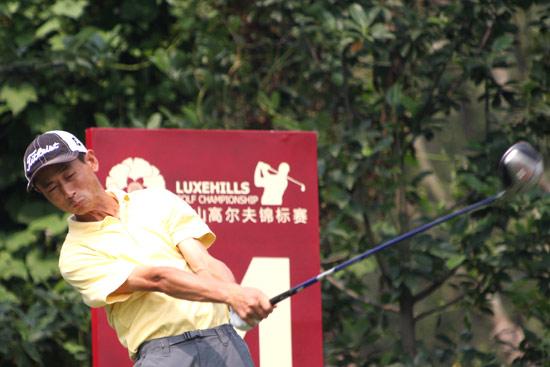 图文-中巡麓山锦标赛第三轮符新在14号洞开球
