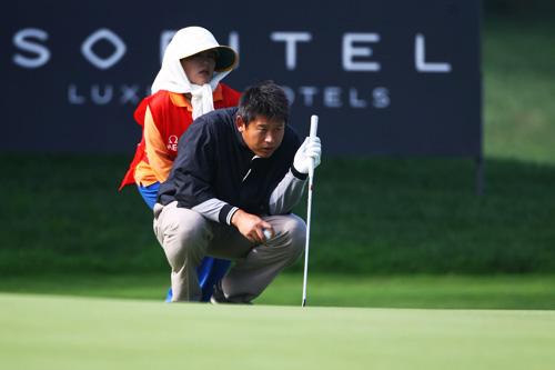 图文-天津锦标赛首轮战况崔小龙与球童协作看线