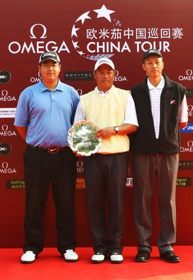 图文-中巡天津锦标赛决赛轮前三名球员合影