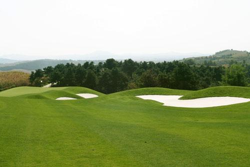 图文-沈阳陨石山高尔夫球场起伏的球道
