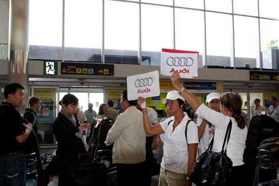 图文-奥迪quattro杯世界总决赛奥迪工作人员接机