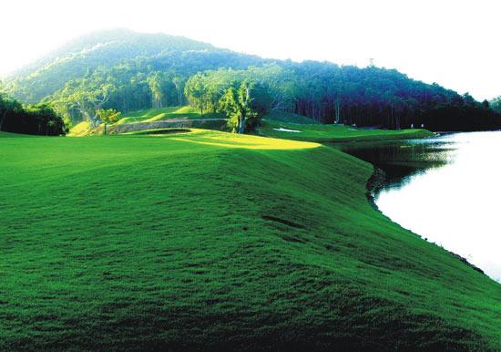 新浪体育讯 三亚甘什岭森林俱乐部位于三亚市田独镇甘什岭热带动植物森林旅游区,由三亚兰海集团等多家实力雄厚的集团公司共同投资开发。   甘什岭热带动植物森林旅游区气候宜人,常年气温比三亚低5-8度,是国家级自然保护区,有世界上稀有的动植物、素有绿色宝库之称。   林海谷高尔夫球俱乐部致力于打造一个热带雨林原生态、森林、山地、海景、纯会员制的高尔夫俱乐部,球场充分展现了当地的淳朴、自然和生态风情。   球场位置:三亚市田独镇甘什岭热带动植物森林旅游区   行车路线:海南东线高速公路三亚出口往五指山方向1