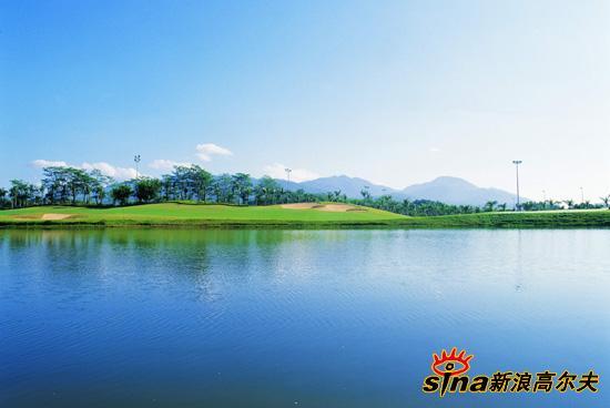 图文-广东惠州汤泉高尔夫球场蓝天碧水中一片绿洲