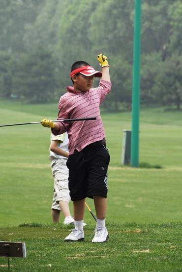 图文-天一高尔夫系列赛田元收杆后看球落点