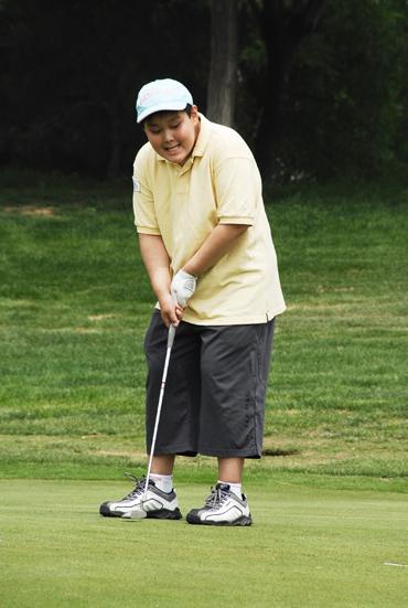 图文-天一高尔夫系列赛董家琛像要锄地