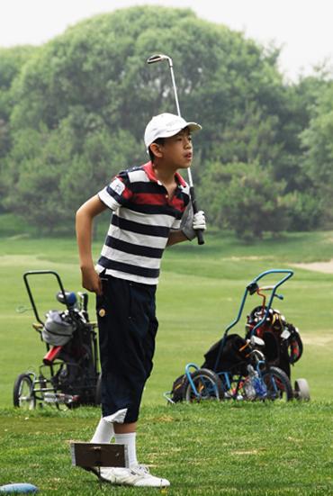 图文-天一高尔夫系列赛收杆后专注找球落点