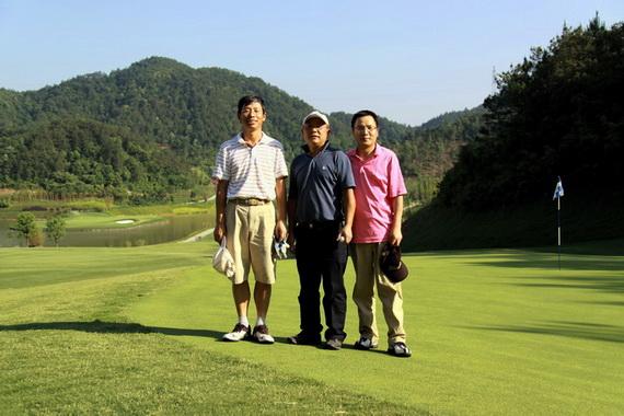 图文-浙大高尔夫校友联谊赛三个人一起打球