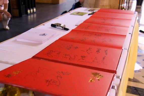 图文-浙大高尔夫校友联谊赛签到簿上布满字迹