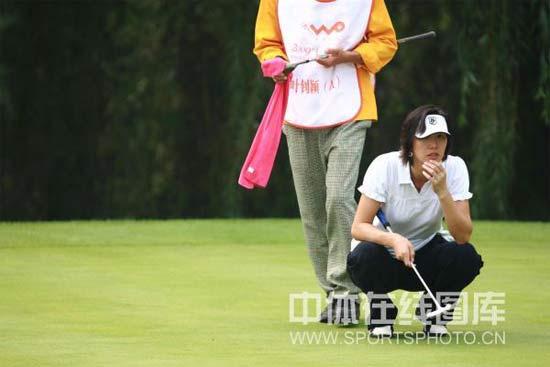 图文-叶钊颖参加高尔夫配对锦标赛羽球冠军转战高球