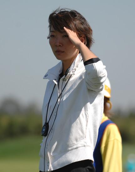 图文-俱乐部联赛决赛轮裁判观望球道