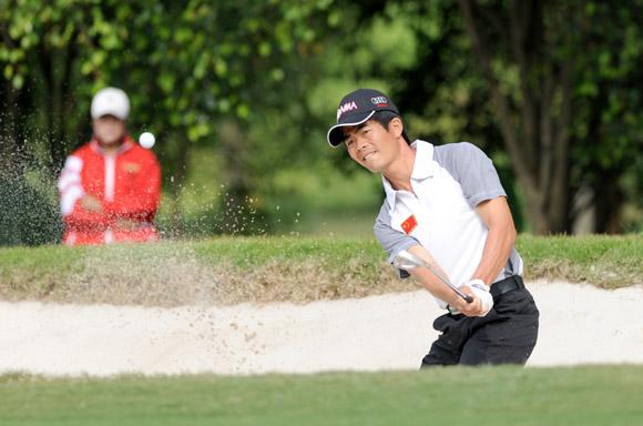 图文-高尔夫世界杯第3轮中国队阿冲解救沙坑球