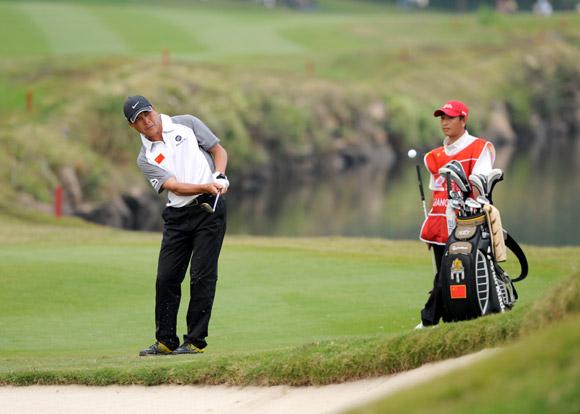 图文-高尔夫世界杯第3轮中国组合张连伟切球