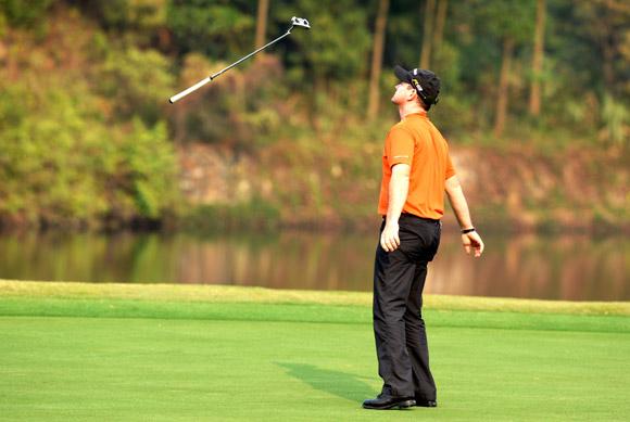 图文-高尔夫世界杯第3轮战况萨巴蒂尼懊恼扔杆