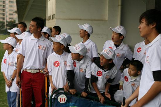 图文-汇丰青少年冬令营深圳站小球员看教练示范