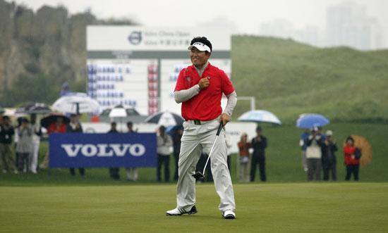 图文-VOLVO中国公开赛决赛轮梁容银完成夺冠一推
