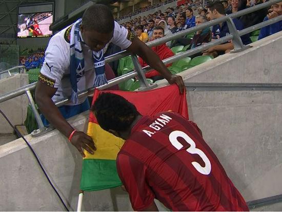 视频-吉安受伤被替换下场 通道内不忘给球迷签名