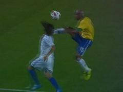 视频-洪都拉斯悍将遭爆头 麦孔飞踹对手染黄