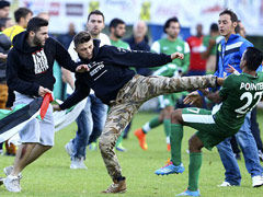 视频-热身赛现球场暴力 极端球迷冲进场对战球员
