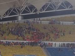 球迷拍摄毅腾vs宏运中场骚乱 现场混乱叫骂声不绝