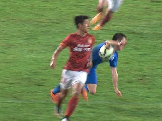 进球视频-姜至鹏禁区手球送点 郜林操刀命中扳平