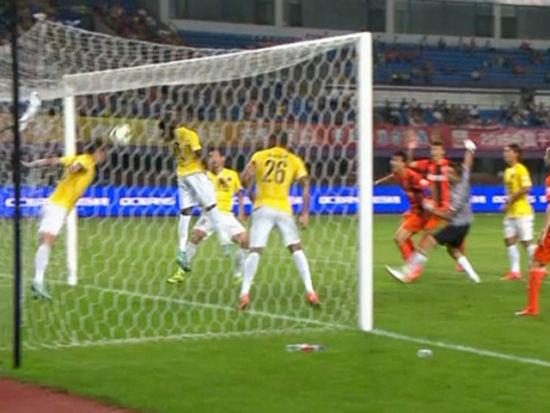 进球视频-贵州角球造悬案 边裁示意过线有效