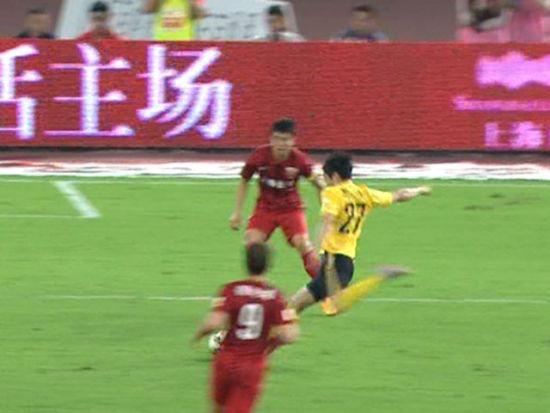 视频-保利尼奥策划攻势 罗比分球郑龙爆射被扑