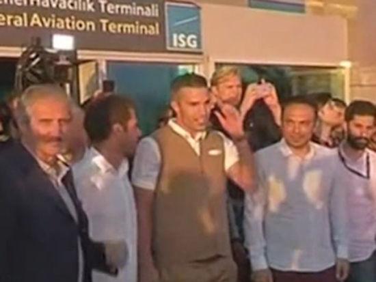 视频-范佩西抵达土耳其体检 球迷接机场面火爆