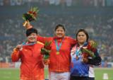 田径女子铅球李玲夺冠