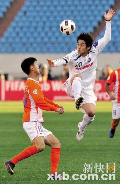 大阪队球员高桥大辅(右)在争球摆出一个罕见架势。