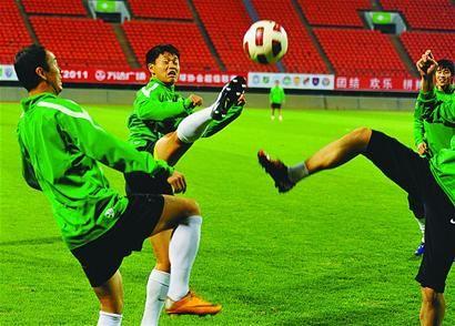 昨天,北京国安队来到省体育中心适应场地