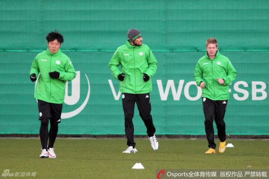 张稀哲(左一)随球队训练(资料图)