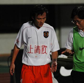 图文-[中超]深圳上清饮0-0陕西深圳队员不幸挂彩