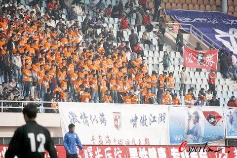 图文-[中超]青岛中能VS上海申花球迷提前准备就绪