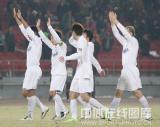 图文-北京国安1-1江苏舜天江苏队员向球迷致意