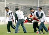 图文-[中超]河南建业2-0杭州绿城乔巍看来伤得不轻