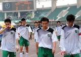图文-[中超]河南建业2-0杭州绿城队员黯然退场