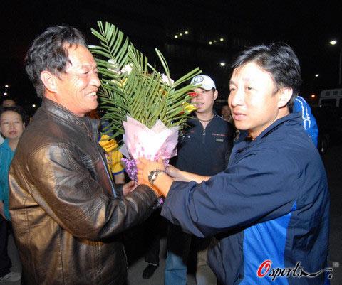 图文-成耀东慰问陕沪战摔伤球迷给伤者家属送鲜花