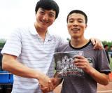 图文-长春亚泰走进大学校园吕建军赠送球队纪念品