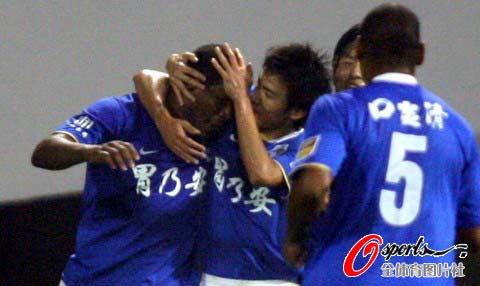 图文-[中超]山东鲁能1-1广州医药队友祝贺拉米雷斯
