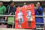 图文-[中超]上海1-1杭州 球迷支持金贵讽刺贾秀全