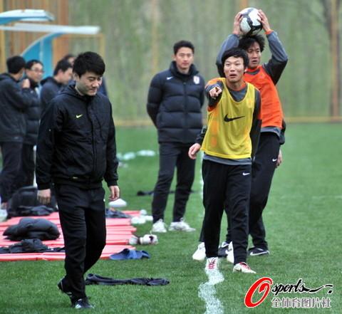 图文-鲁能备战中超伊万爱女助阵邓卓翔现场搞笑