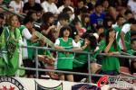 图文-北京工体看台助威女球迷 身披绿色戎装赴现场