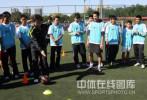 图文-孙继海助阵耐克球员选拔 为小球员讲解